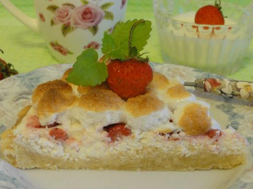 Пирог с тврогом и клубникой