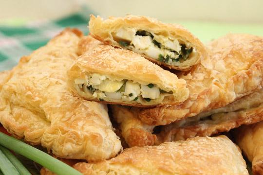 Слоеные пирожки с зеленым луком